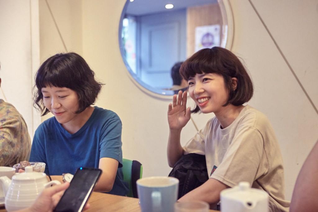 溫溫國中開始玩團,唸美術系,音樂課老師指定每人上課一定要彈吉他。現在的正職身份是在台南經營「兩眼一起」文具店。