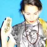 用自創咒語唱歌的電子音樂家 Aïsha Devi攜視覺藝術家陳天灼首度來台