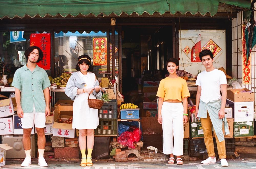 【圖1】鳳梨先生成員與水果攤合影,(左起)褚 P、小韻、佳凌、J 蒙。