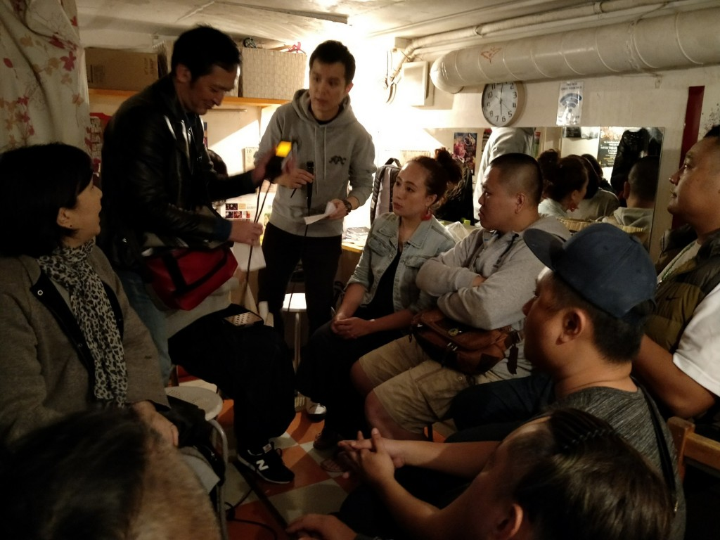 嵐馨樂團正在接受日本媒體採訪(攝影:鄭宜豪)