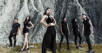 (左起)吉他手小黑、鼓手小鈺、主唱Tracy、吉他手阿文、Programmer/鍵盤手洪翼、貝斯手小睿。