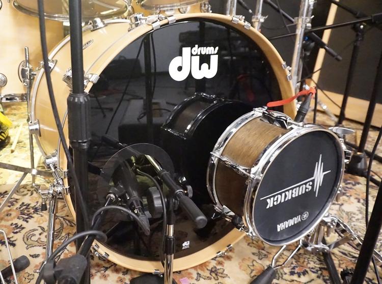 大鼓的收音不只使用了兩支麥克風(Audix D6收attack,Sennheiser MD 412收body),還用了專門收集100 Hz以下低頻的Subkick,讓錄進去的聲音更低沉。
