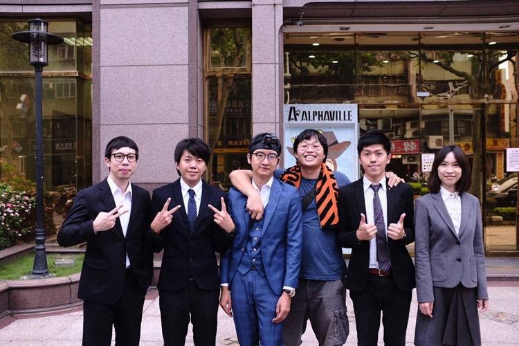 (左至右)鼓手以聖、主唱兼吉他手蔡明諺、MV主角陳奕亘、導演姚登元、吉他手陳佑和貝斯手小藍。