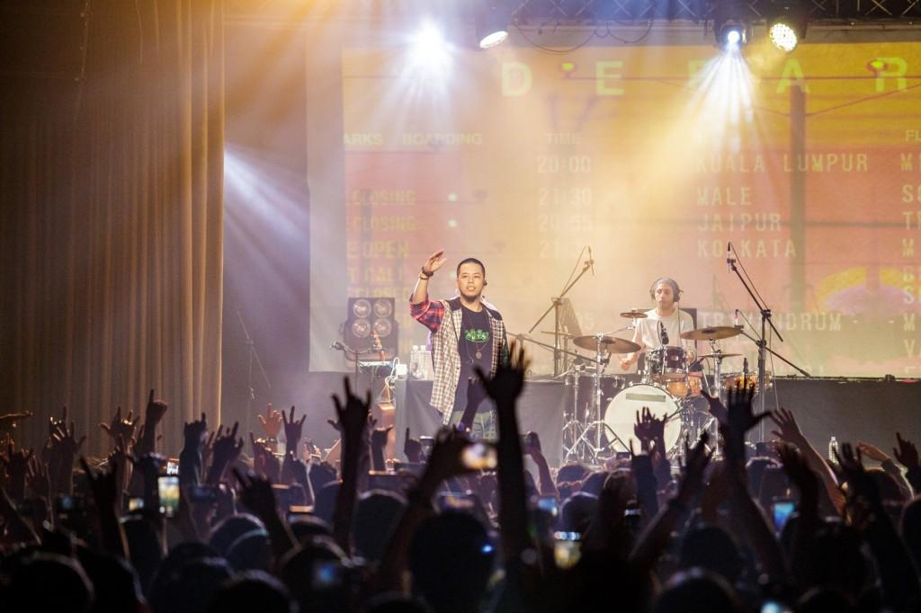 國蛋在演唱安可曲〈飛行少女〉時看到全場投入的觀眾不禁流露感性的一面,除了與歌迷一一握手擊掌,更比出敬禮的手勢向遠方的歌迷致意。