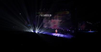 盧凱彤的身影投影在大螢幕,她所演唱的部分刻意使用原音來呈現。