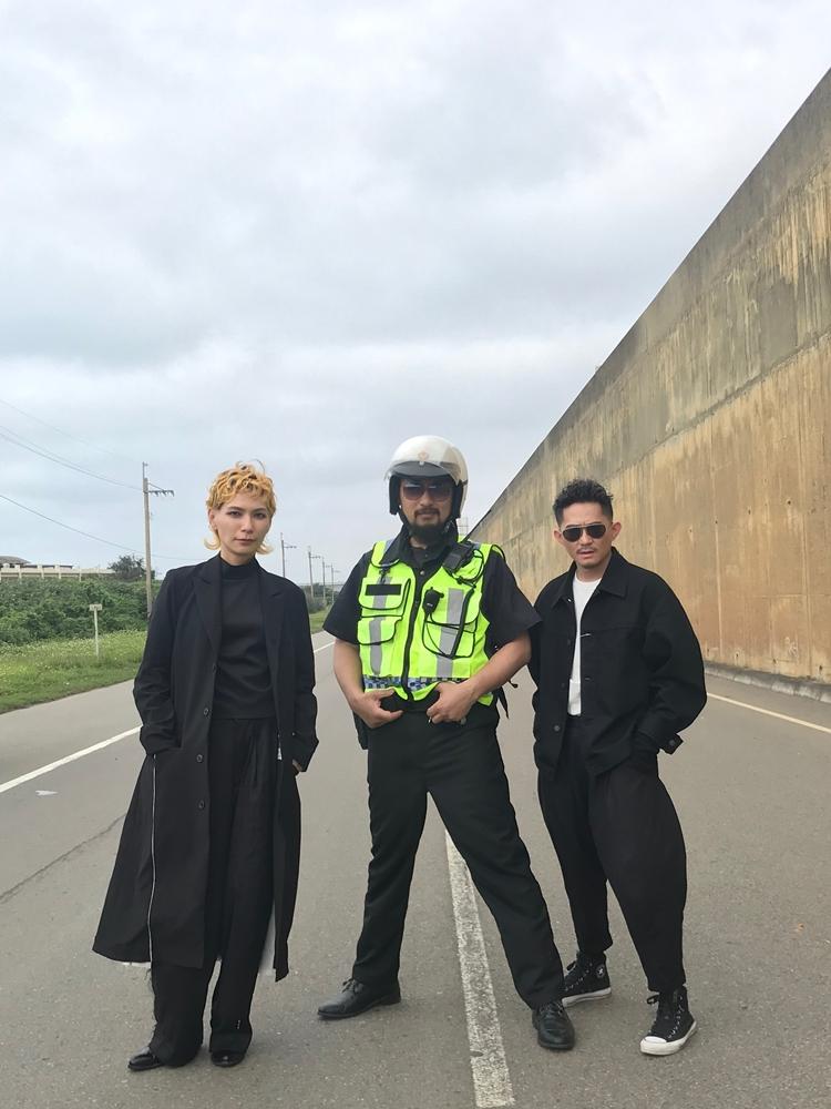 〈失速人生〉MV 邀請阿強(中)客串。