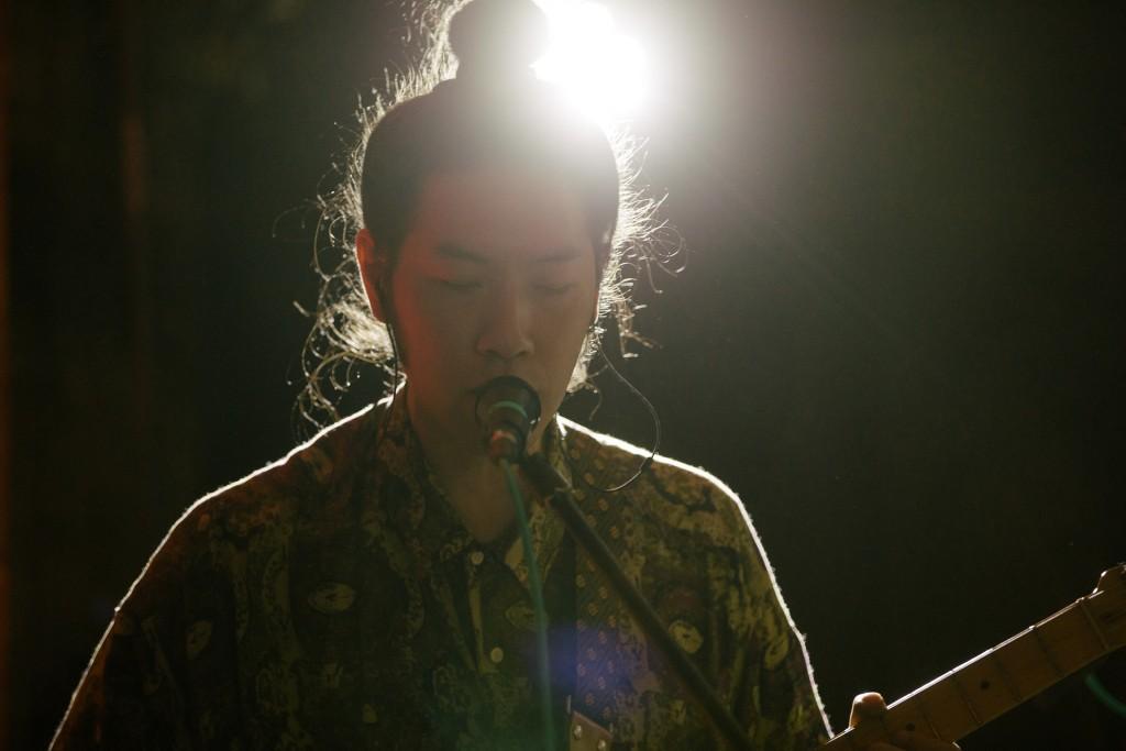 皇后皮箱台灣之夜現場演出照。吉他手阿怪能歌能奏還能合聲(典選音樂提供)
