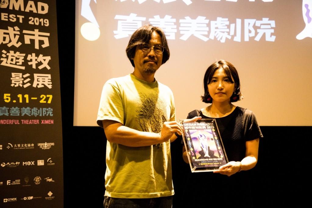MV競賽評審之一何東洪親自頒獎給湯詠茹導演
