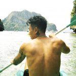 瘦子E.SO裸上身秀二頭肌入鏡 遠赴菲律賓愛妮島拍攝專輯封面